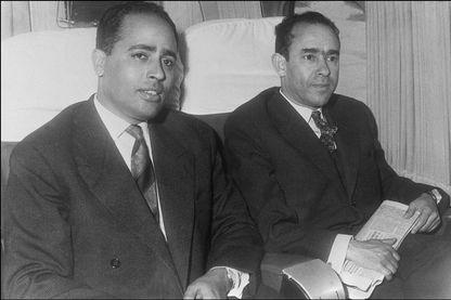 Photo prise fin des années 50, début des années 60 de Mehdi Ben Barka (à droite) et de M. Abderrazak  à bord de l'avion qui les emmènent de Casablanca en Allemagne, à la tête d'une délégation.