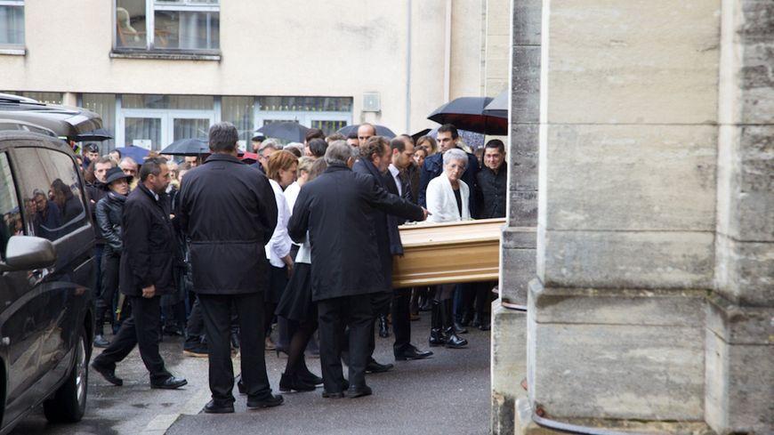 Le cercueil d'Alexia Daval est porté dans la basilique Notre-Dame à Gray.