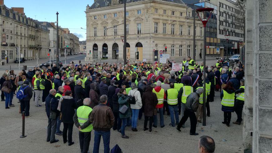 Avant de se rendre à la gare du Mans, les manifestants ont fait le piquet de grève devant la préfecture de la Sarthe, où une délégation a été reçue par le sous préfet.