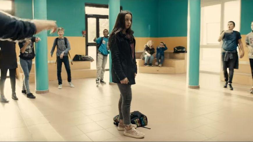 La nouvelle campagne contre le harcèlement scolaire met en scène une  élève harcelée au collège.