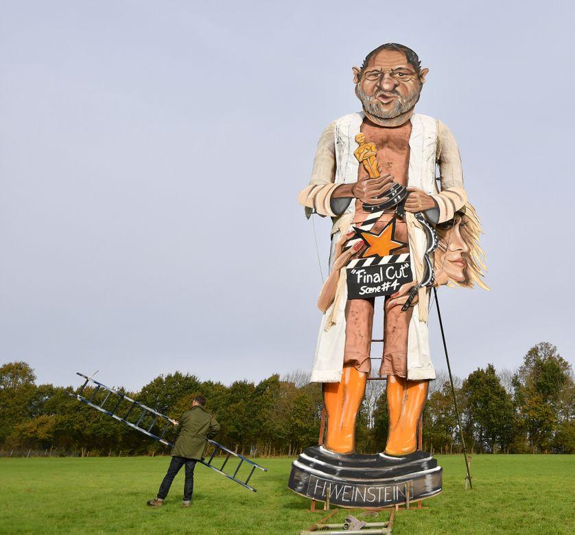 """une caricature géante d'Harvey Weinstein finit au bûcher, événement organisé par la """"Société du feu de joie d'Edenbridge"""", le 04 novembre 2017, à Edenbridge au Royaume-Uni."""