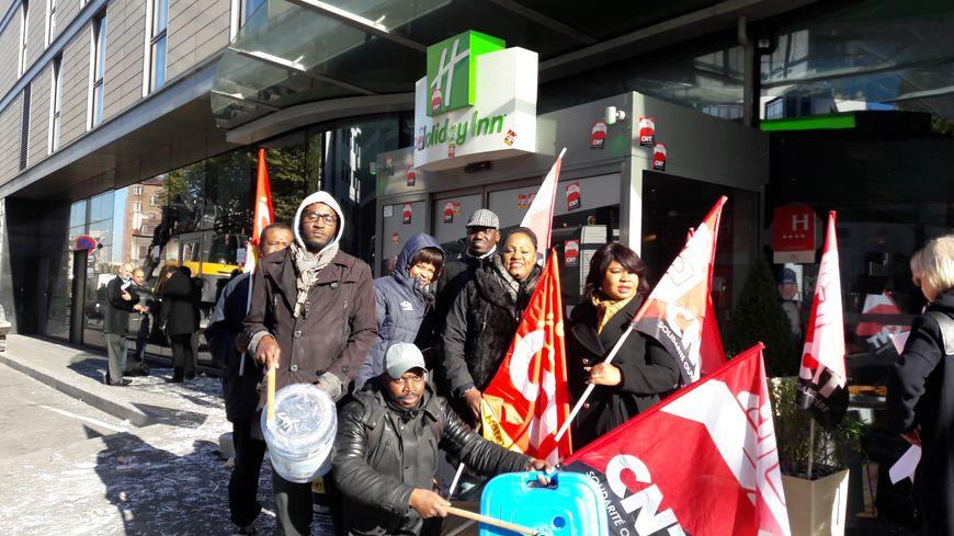 Les salariés en grève devant l'hôtel Holiday Inn Paris - Porte de Clichy