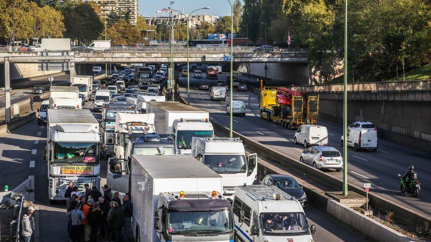 Opérations escargot des forains sur des routes et autoroutes franciliennes et sur le périphérique à Paris lundi.