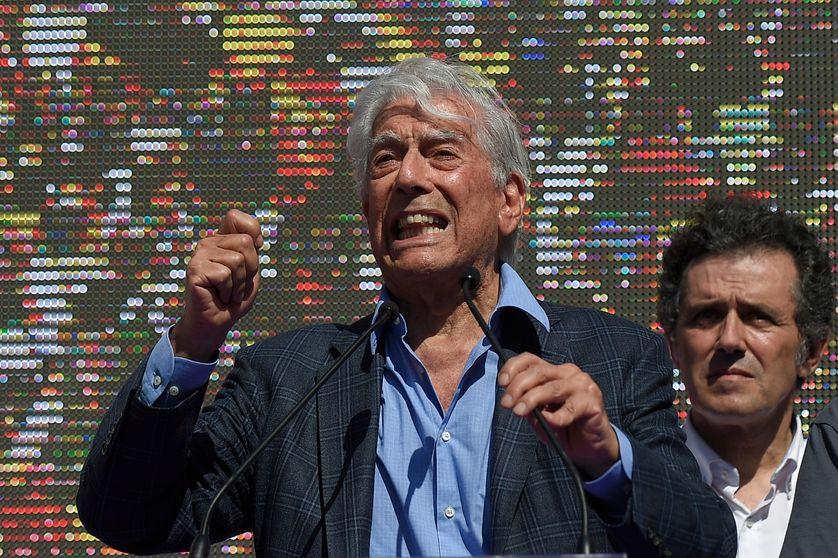 """L'écrivain péruvien Mario Vargas Llosa prononce un discours lors d'une manifestation de la """"Societat Civil Catalana"""" pour soutenir l'unité de L'Espagne le 8 octobre 2017 à Barcelone."""