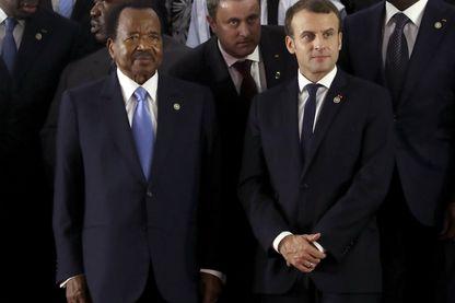 Le président camerounais Paul Biya avec Emmanuel Macron au sommet d'Abidjan