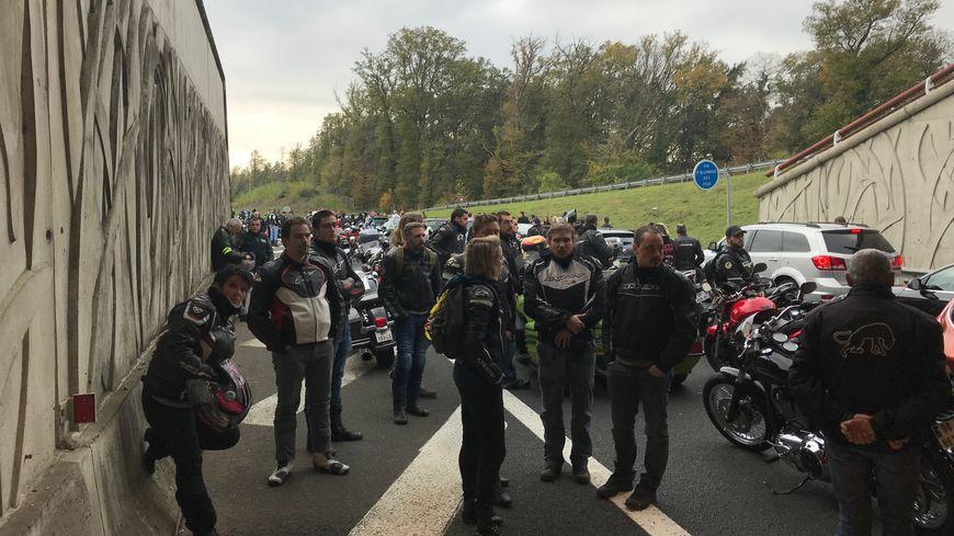 Les motards ont fait une pause sur la Rocade, là où s'est produit l'accident.