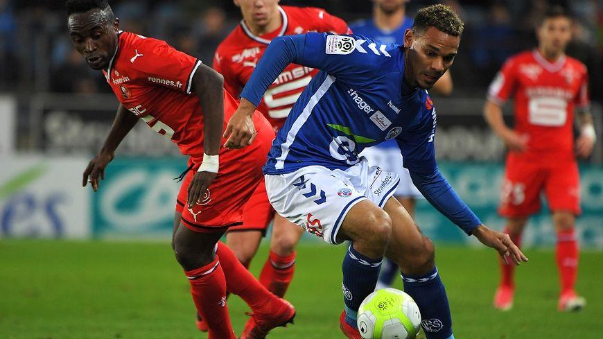 L'attaquant rennais Firmin Mubele aux prises avec le défenseur strasbourgeois Kenny Lala