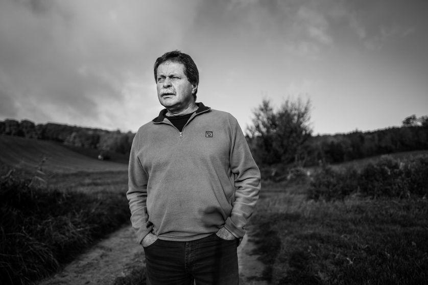 Noel Genteur est un agriculteur qui se bat contre les séquelles de la guerre. L'histoire ne compte pas, dit-il, la plupart du temps elle justifie les guerres. Seule compte la mémoire. Celle des disparus. Celle des survivants. La mémoire de la terre.