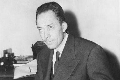 Albert Camus photographié lors d'une séance de dédicace après avoir récemment reçu le prix Nobel de littérature le 10 octobre 1957.