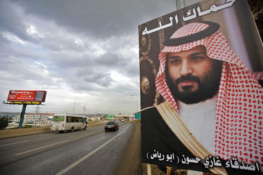 """""""Dieu vous protège"""" est le slogan de cette campagne publicitaire qui s'affiche ces jours-ci sur les routes libanaise. Le portrait est celui du prince saoudien chez qui le premier ministre libanais est actuellement """"réfugié"""""""