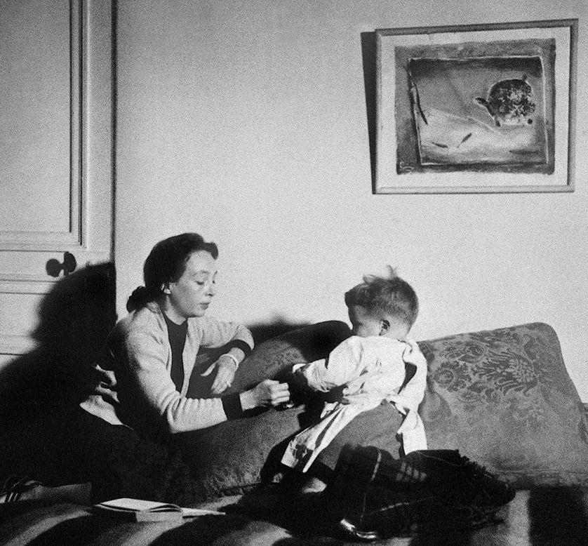 L'écrivain français Marguerite Duras (1914-1996) avec son fils Jean en 1950;