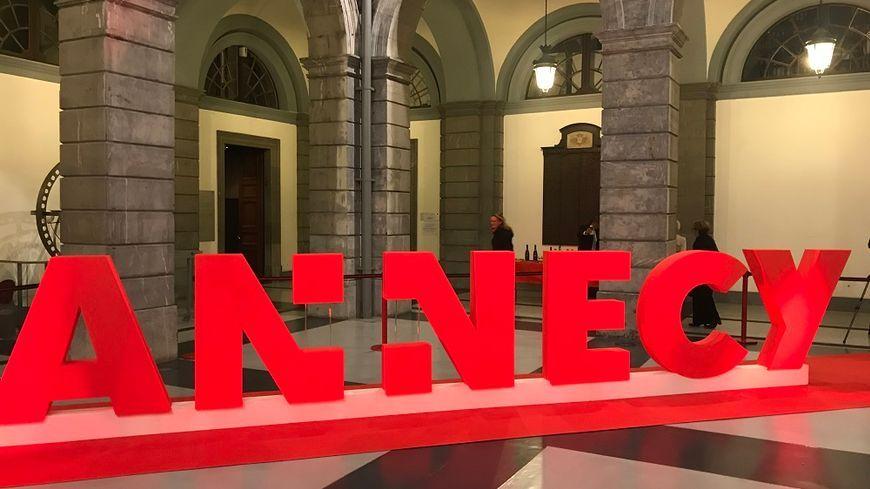 La commune nouvelle d'Annecy a désormais son logo. Il a été dévoilé lundi soir en présence des maires des six communes qui ont fusionné le 1er janvier 2017.