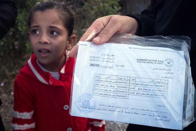 Aicha Shalamar attend de passer la frontière depuis 3 mois. Elle a le N° 30 290 écrit sur un document du ministère palestinien de l'intérieur.