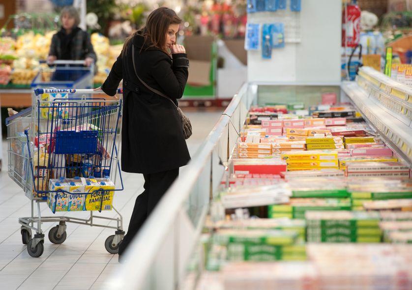 """Une cliente dans un rayon du supermarché """"E. Leclerc"""", Le Mans."""