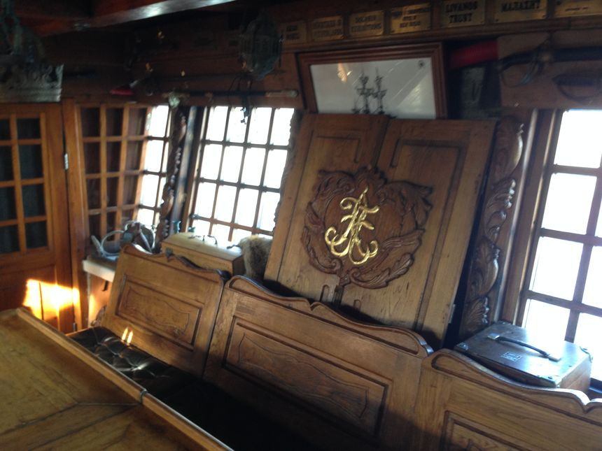 Dans la cabine du capitaine, comme dans les films de pirates