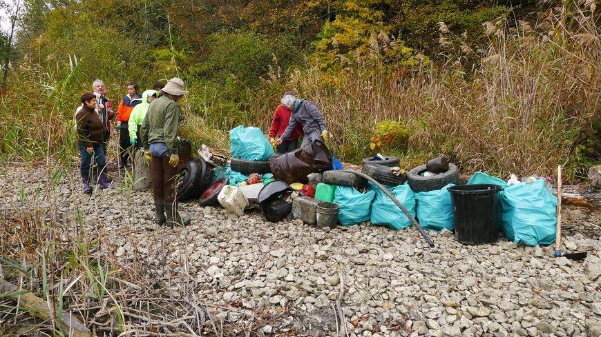 Des bénévoles ont ramassé 3 tonnes de déchets en quelques heures près de Chatillon (Savoie)