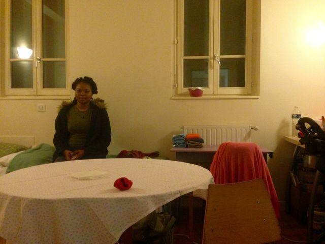 Laura, 24 ans, dans sa chambre du 'Palais de la femme' depuis janvier dernier