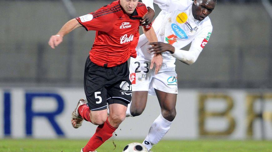 Bakaye Traoré contre Guingamp, à la lutte avec Lionel Mathis