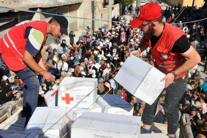Des membres du Croissant Rouge distribuent l'aide humanitaire en Syrie