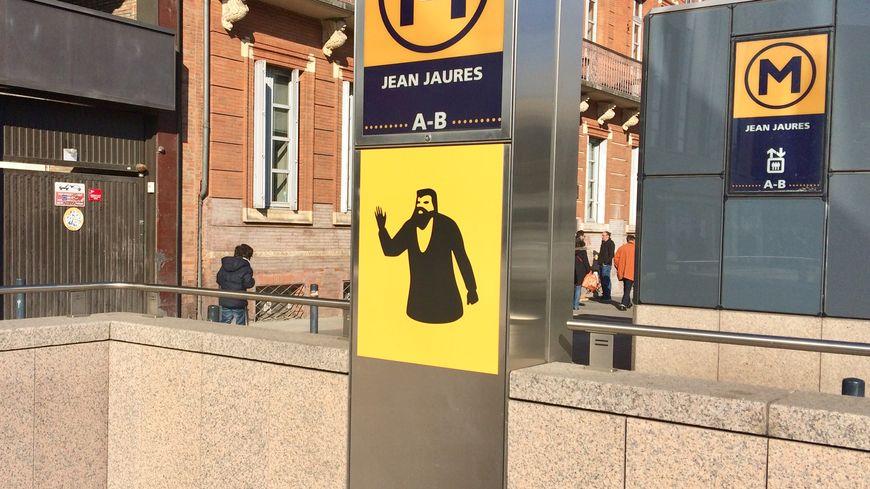Depuis quelques semaines ces dessins simplifiés ornent les entrées et les quais des 38 stations de métro toulousaines.