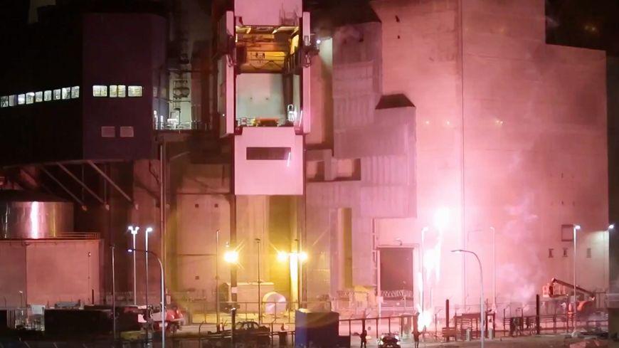 Le feu d'artifice des militants de Greenpeace le 12 octobre 2017 à la centrale nucléaire de cattenom.