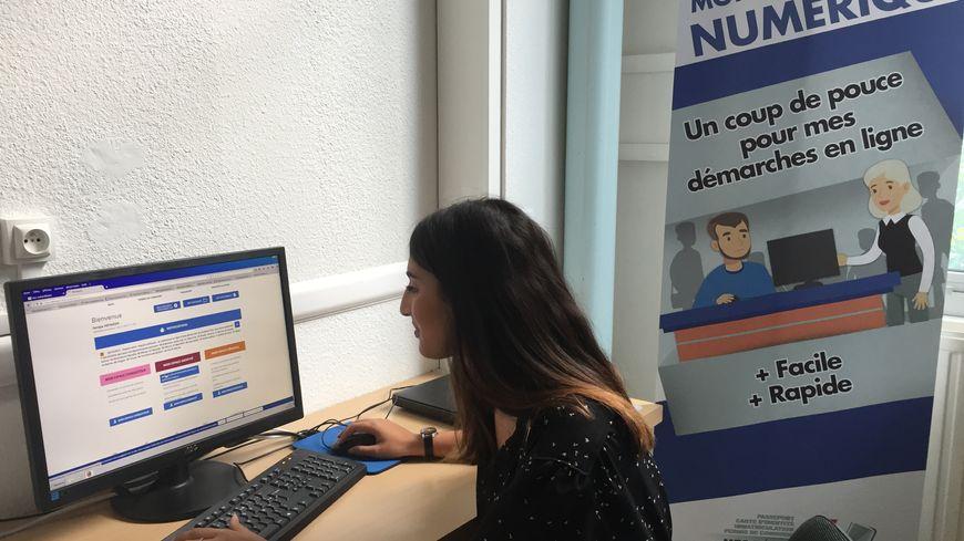 Soraya Hefaiedh, jeune en service civique tiendra le point numérique pour aider les personnes en difficulté.