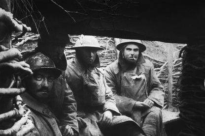 Soldats français et britanniques dans les tranchées pendant la Première Guerre mondiale, 1916.