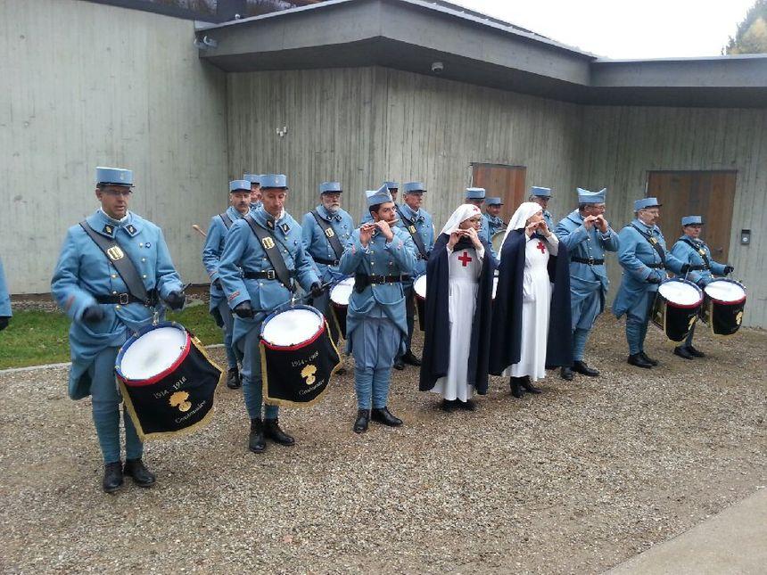 C'est l'association Les tambours du Centenaire qui accueille avec fifres et tambours la délégation présidentielle.