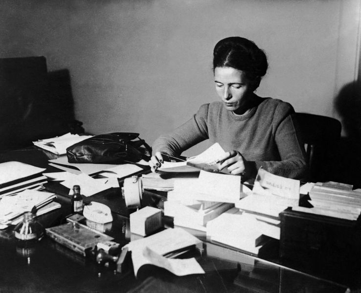 Simone De Beauvoir à son bureau, en 1953