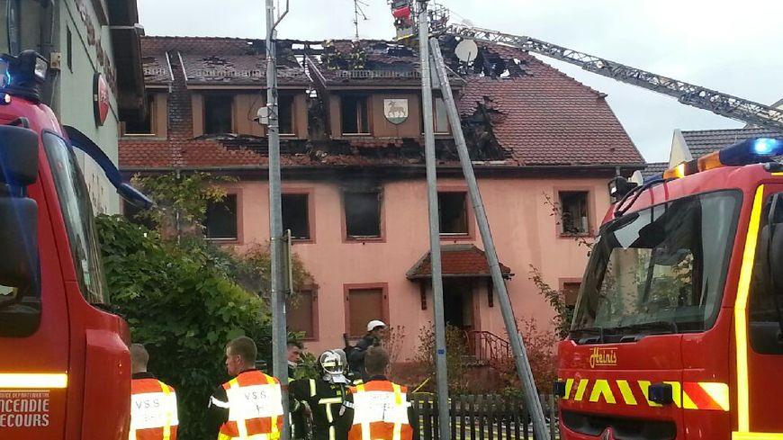 Le feu s'est déclaré vers 16 heures au 12 rue de la paix à Riedisheim