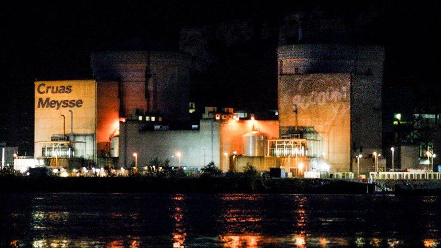 """Intrusion de Greenpeace dans la centrale nucléaire de Cruas-Meysse et projections lumineuses (""""booom"""") pour mettre en évidence les failles dans la sécurité des installations"""