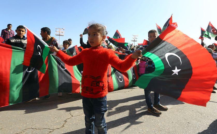 Une petite fille libienne avec un drapeau de la Libye, pendant le sixième anniversaire de la révolution de la Libye, à Tripoli, le 17 février 2017.