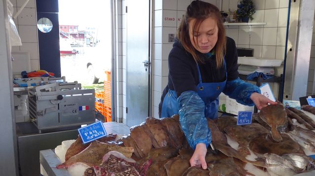 Olivia Lommel l'assure, elle a de moins en moins de poisson à vendre sur son étal, et les poissons plats se feraient de plus en plus rares