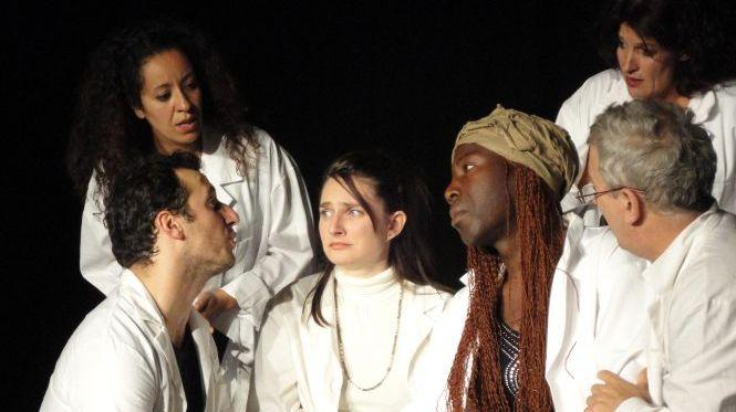 les comédiens en blouses blanches viennent chez pour un premier diagnostic.
