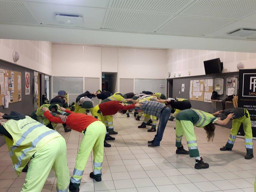 """Les agents """"réveillent"""" aussi leurs muscles en binôme pour développer la cohésion du groupe"""