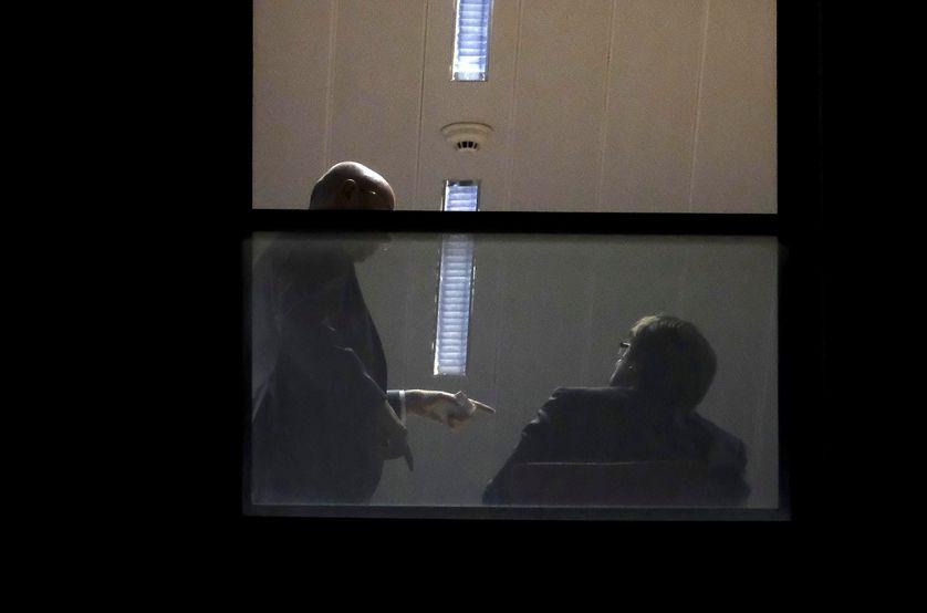 Carles Puigdemont de dos dans le bureau des autorités judiciaires à Bruxelles le 05/11/17