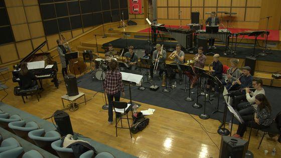 L'Euroradio Jazz Orchestra, composé de jeunes musiciens issus de 11 pays européens, en répétition dans le studio 106 de la Maison de la radio, sous la direction d'Airelle Besson