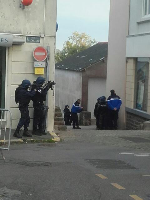 Des gendarmes armés et casqués mercredi dans les rues du Pellerin - Radio France