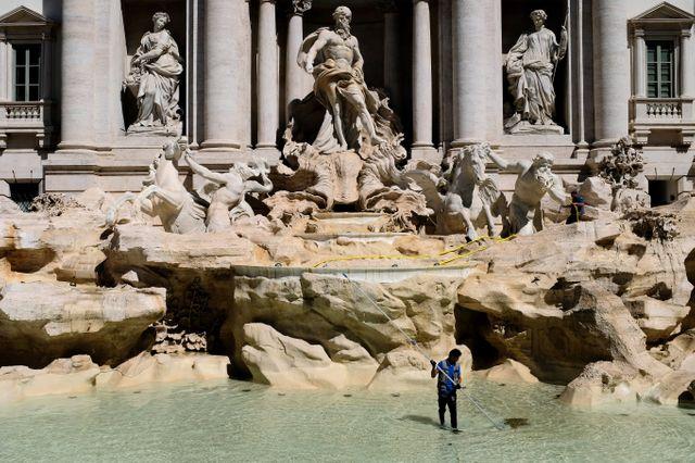 Dans la fontaine de Trevi, les touristes jettent des pièces en faisant un voeu.