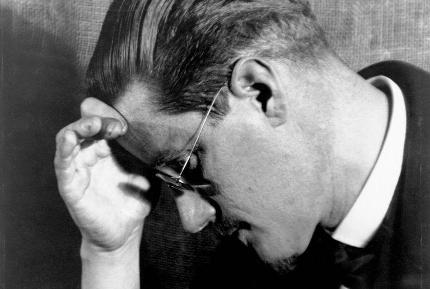 James Joyce se prenant la tête au sens littéral, 1910