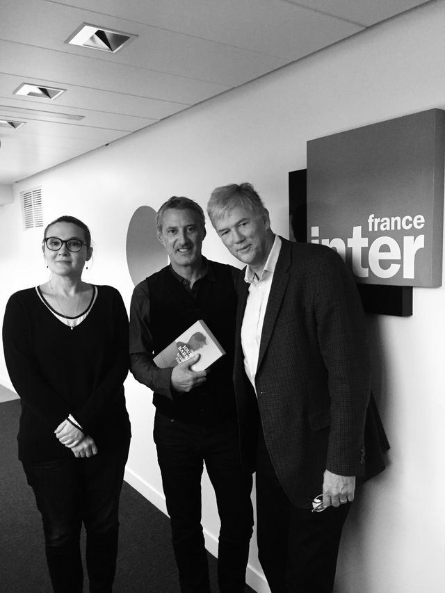 Charline Roux, Antoine de Caunes et William Finnegan avant de passer à l'antenne…