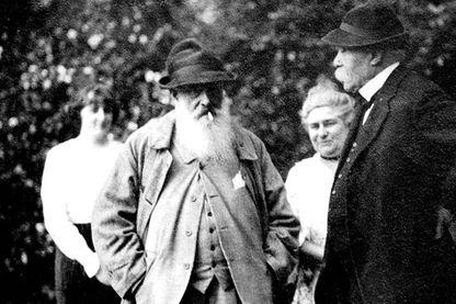 Claude Monet et Georges Clemenceau dans les jardins de la maison du peintre à Giverny