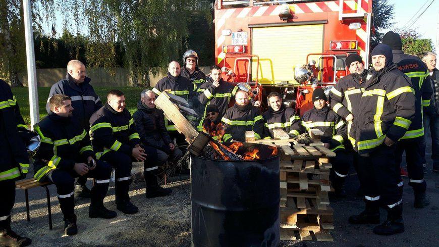 Les sapeurs-pompiers d'ArceloMittal devant les Grands Bureaux de Florange