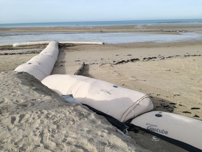 Les travaux de protection de la dune au nord de Gouville-sur-Mer sont en cours, depuis début octobre 2017.