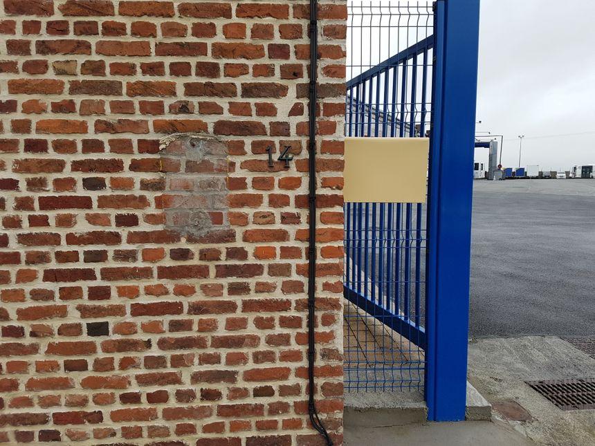 La boîte aux lettres volée était installée sur la façade en briques (à la place du rectangle gris)