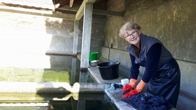 Anne utilise le lavoir de Trévé toute l'année