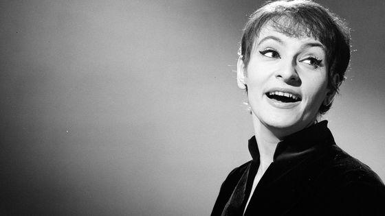 """Barbara, le 21 décembre 1964, sur le plateau de l'émission """"Moi j'aime""""."""
