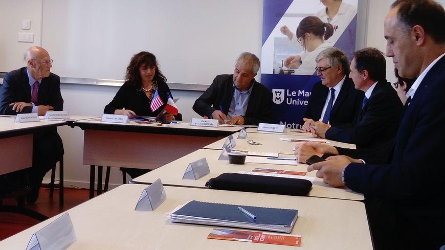 Signature de la convention de partenariat de recherche en présence du doyen de l'université du Texas à Dallas