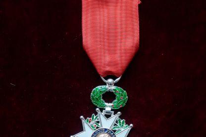 Une photo prise le 30 mars 2015 à Paris montre la médaille de Chevalier de la Légion d'Honneur.