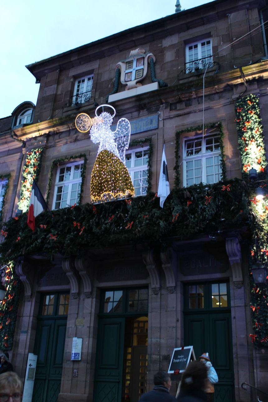 La mairie de Montbéliard s'est elle aussi mise aux couleurs de Noël